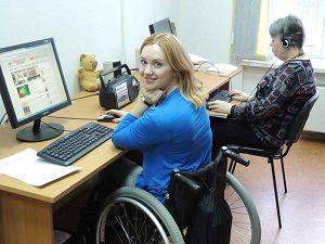 Девушка с инвалидностью на работе